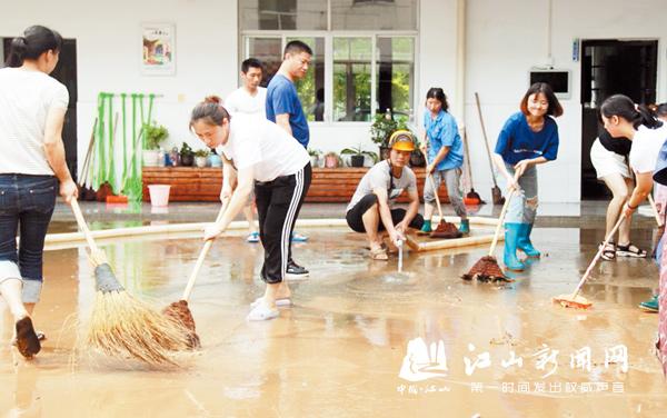 清理校园淤泥