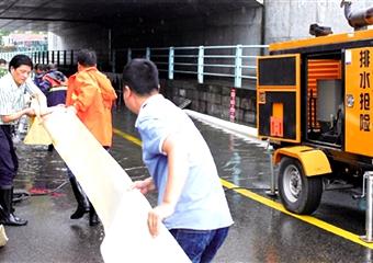 暴雨袭城 排水抢险