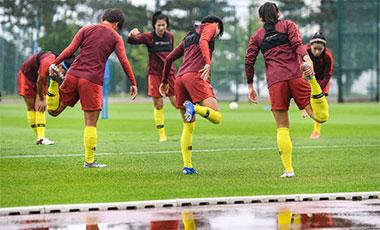 中国女足冒雨备战 等待16强对手敲定