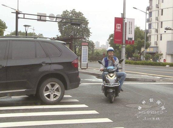 骑行时看订单接电话,危险!