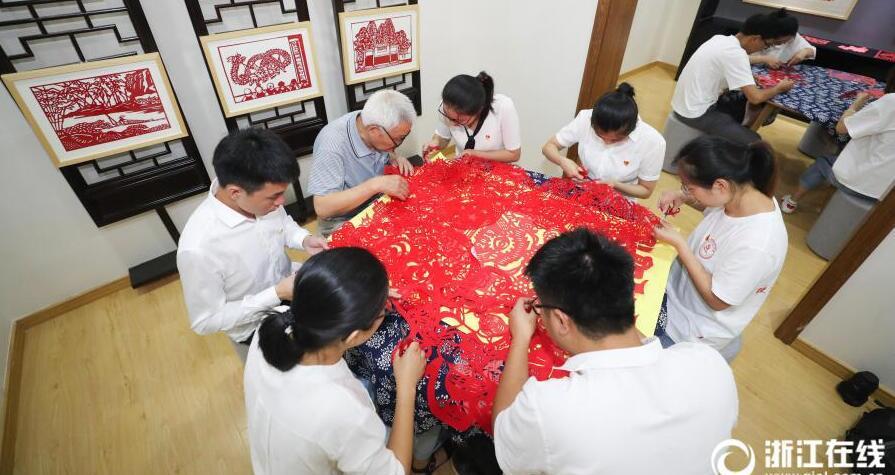 德清:党员剪纸 献礼祖国