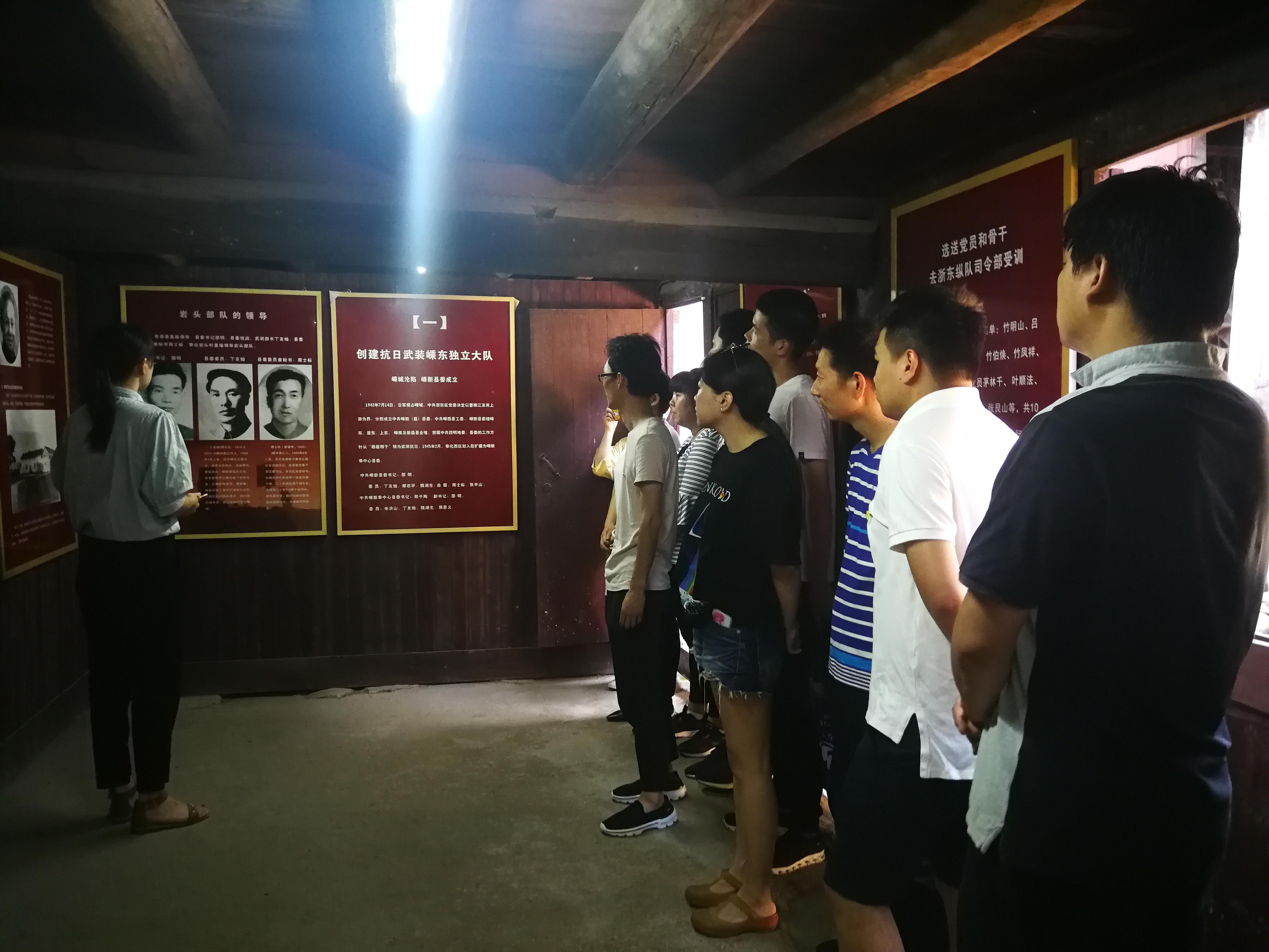 年轻党员干部重温入党宣誓