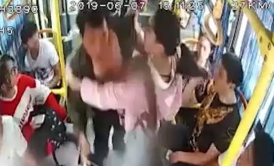 女俠來了!公交車上有人搶奪方向盤,初三女生居然這么做!