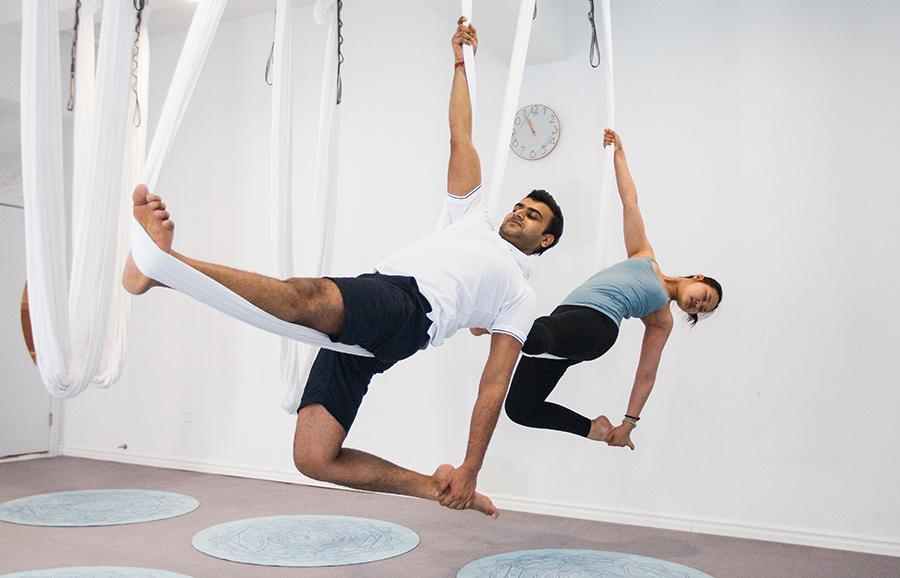教瑜伽的印度小夥