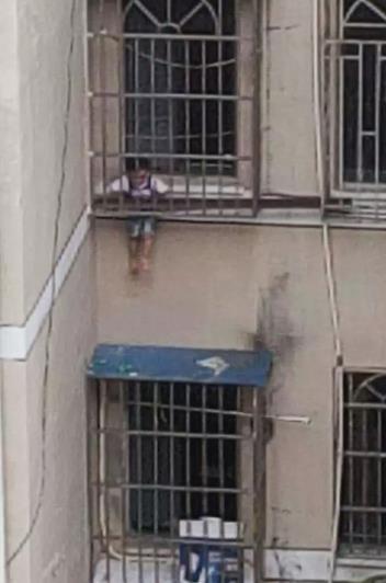 寧波一男孩被卡防盜窗!這時,出現了一床棉被……