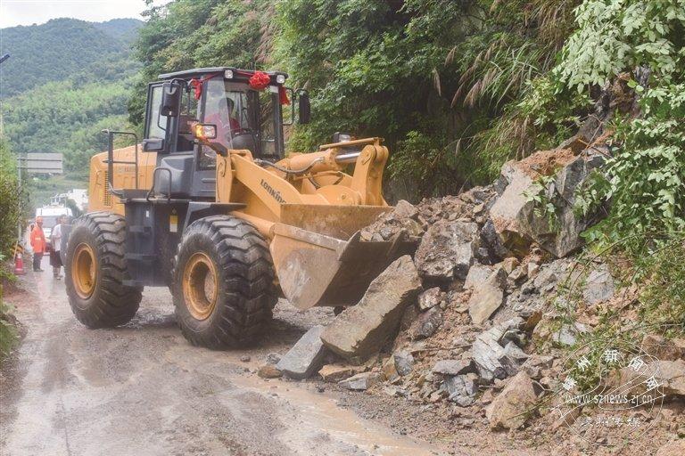 山体塌方 公路部门紧急抢险