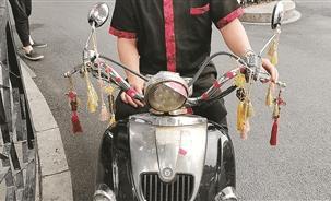 小伙騎車帶人被攔下 再一看車頭竟掛滿護身符!
