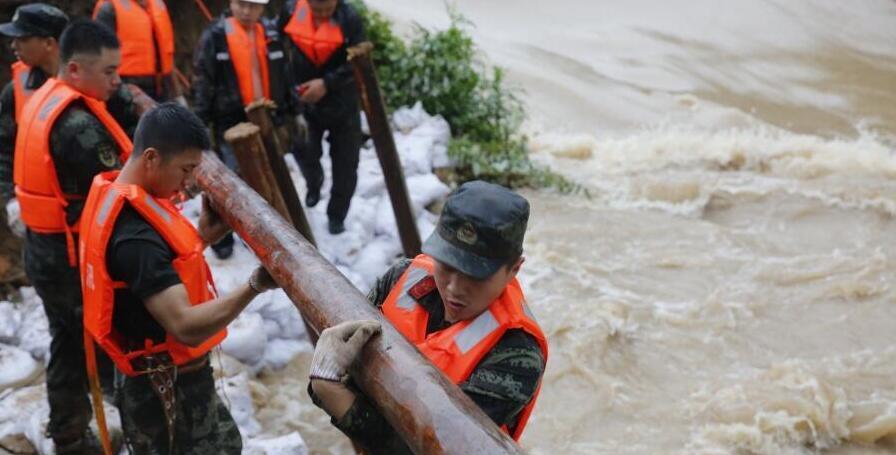 衢州一處堤壩出現8米缺口 武警官兵緊急馳援