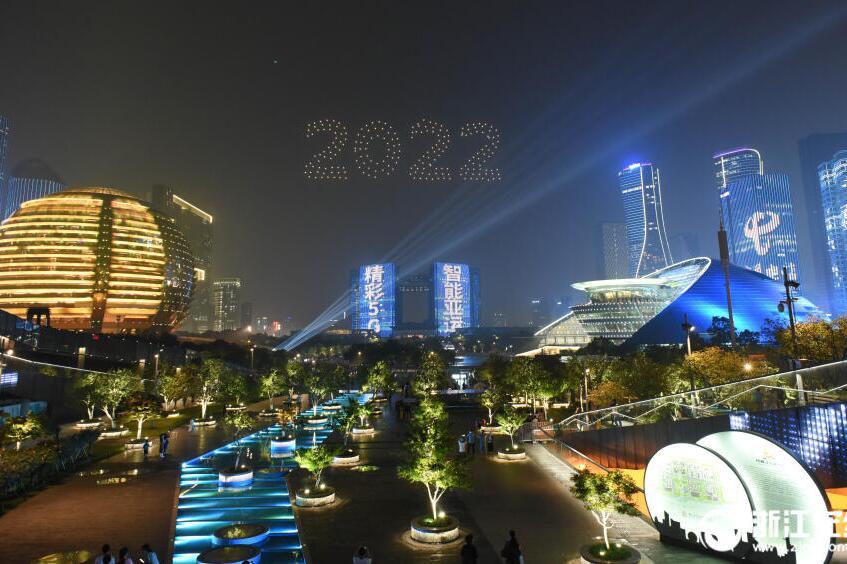 杭州:无人机编队灯光秀 畅想智能亚运