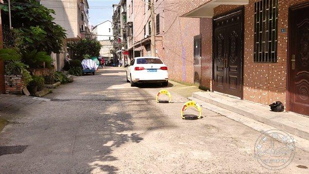 私自安装地锁安放交通锥 侵占小区道路有安全隐患