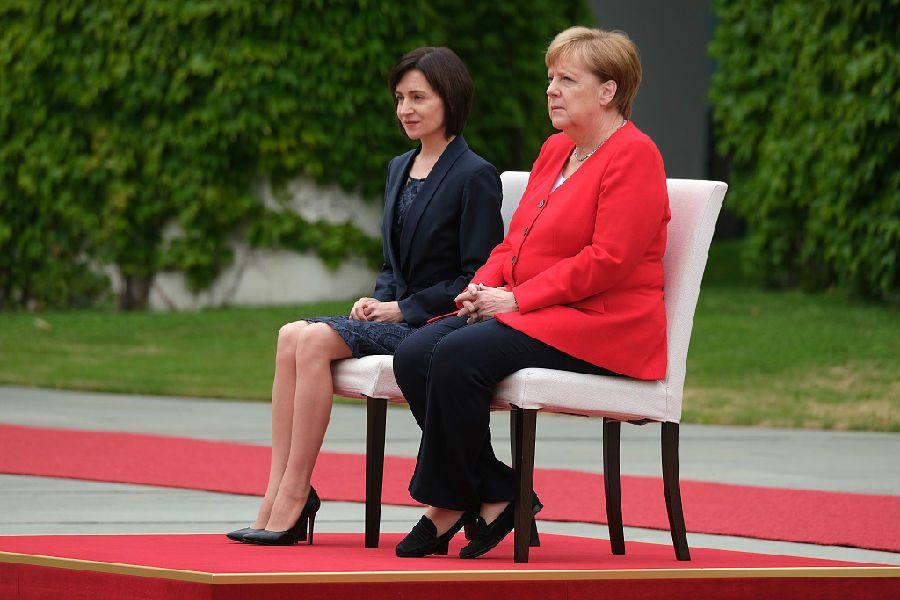 默克尔坐椅子上演讲 或患