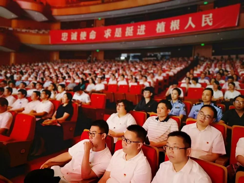 bwin登录县组织干部观看浙西南革命精神宣演会