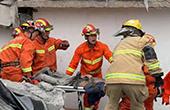 杭州余杭一民房坍塌2人被困 消防員為救人累到中暑