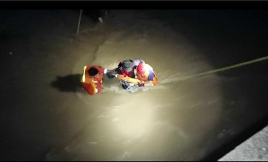 央視關注瑞安公安消防成功救援暴雨中被困老人