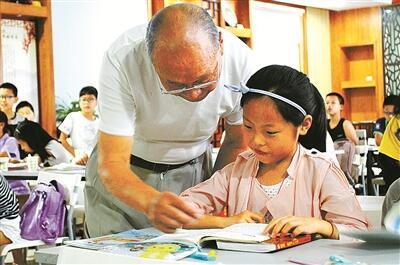 """500多位銀發志愿者 為孩子們的暑期生活""""護航添彩"""""""