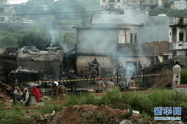 一架小型军用飞机在巴基斯坦坠毁已致17人死亡