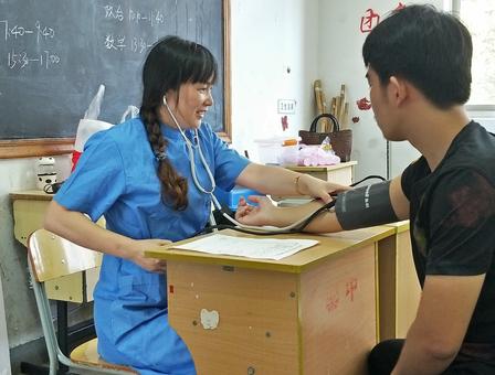 医共体崇仁分院全力配合做好 征兵体检目测工作
