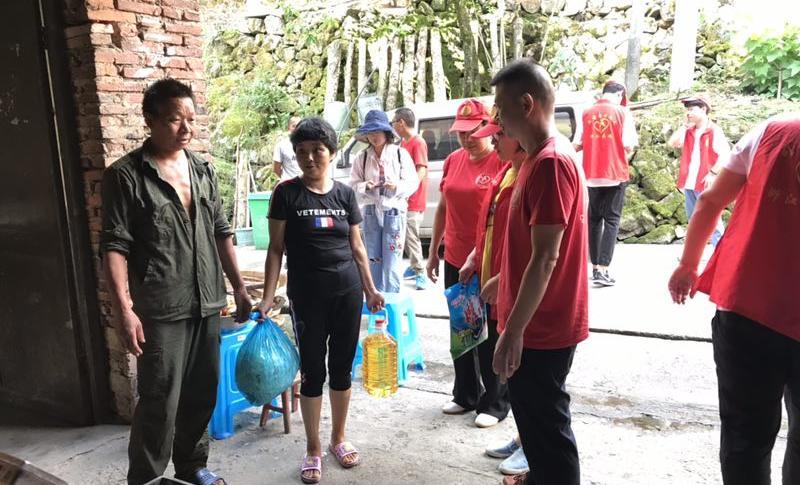 小山村里的爱心总动员,泰顺贫困户5万斤鲜桃滞销,朋友圈里来帮忙