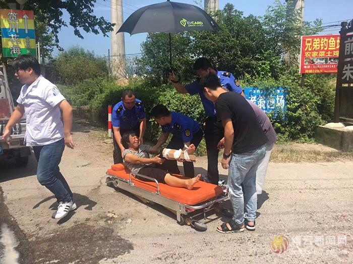 执法人员救助车祸受伤女子