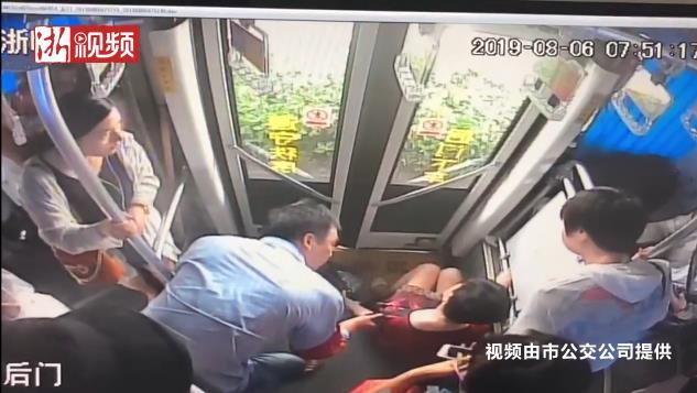 湖州63歲阿姨公交車上暈倒,司機和乘客一連串舉動很暖心