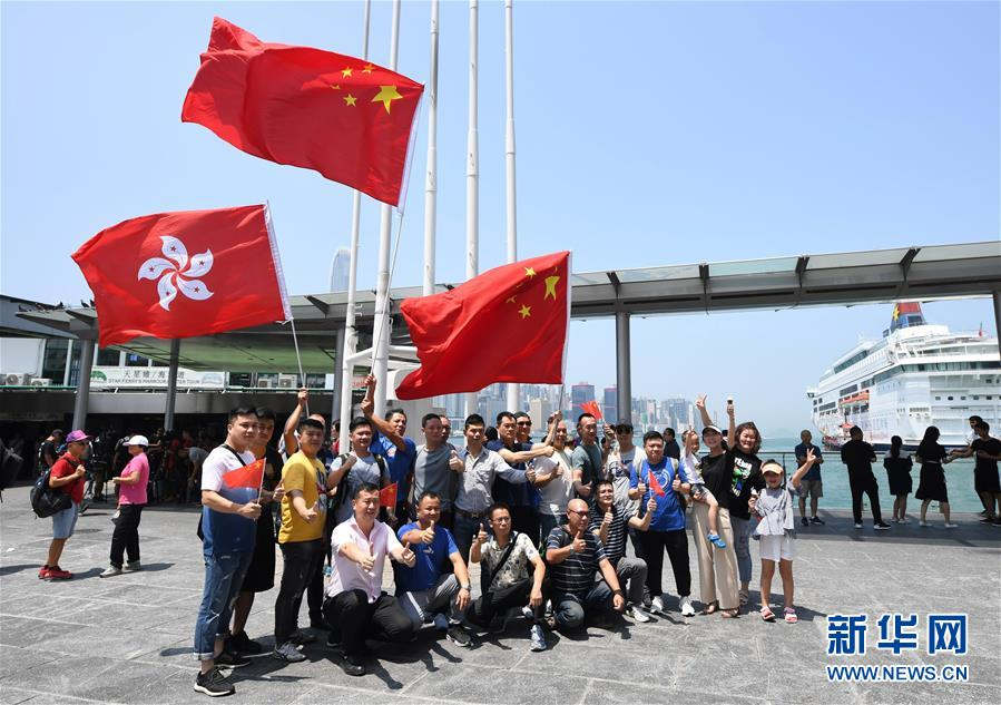 特寫_金立gn106游戏下载:香港市民自發集會守護五星紅旗