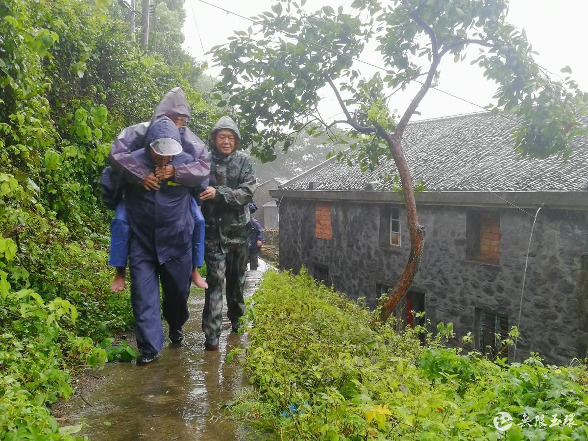 """超强台风""""利奇马""""丨坎门:党员干部逆风而行 风雨中转移群众"""