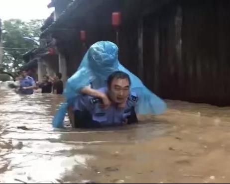 """暴风骤雨中的最美""""逆行者""""!"""