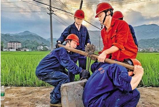 记者二进乐清大荆镇,直击电力工人高温下抢修汗流得多一些 电通