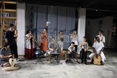 手碟制作推广人林牧和来自津巴布韦的奥斯汀等音乐人相聚道太乡源口村天青等烟雨民宿演奏打击乐器
