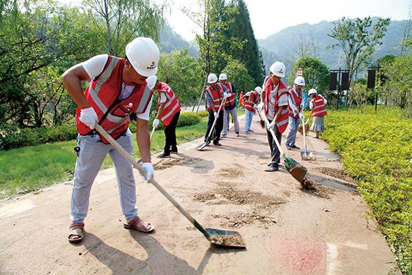 志愿者参与灾后家园重建