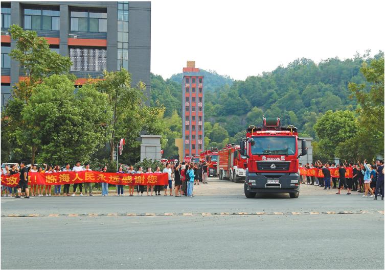 市民手拉横幅,夹道欢送消防官兵