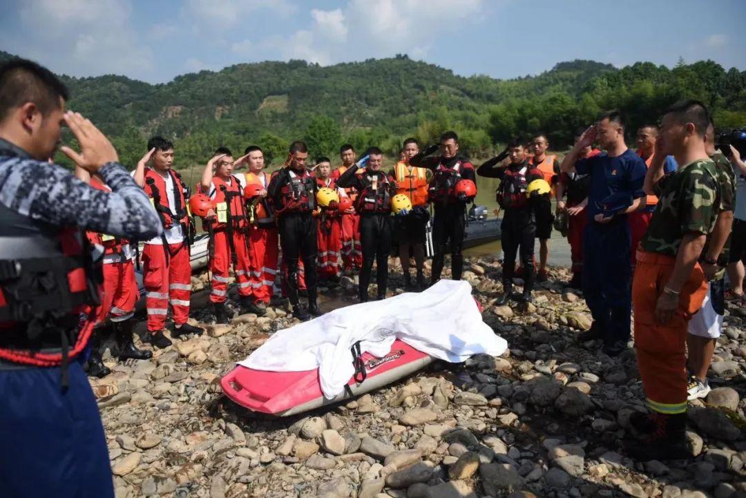 安吉消防員呂挺救人犧牲,干部群眾自發送行