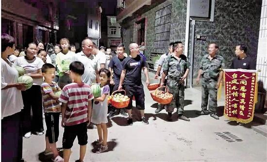 臨安災區群眾含淚揮別武警官兵