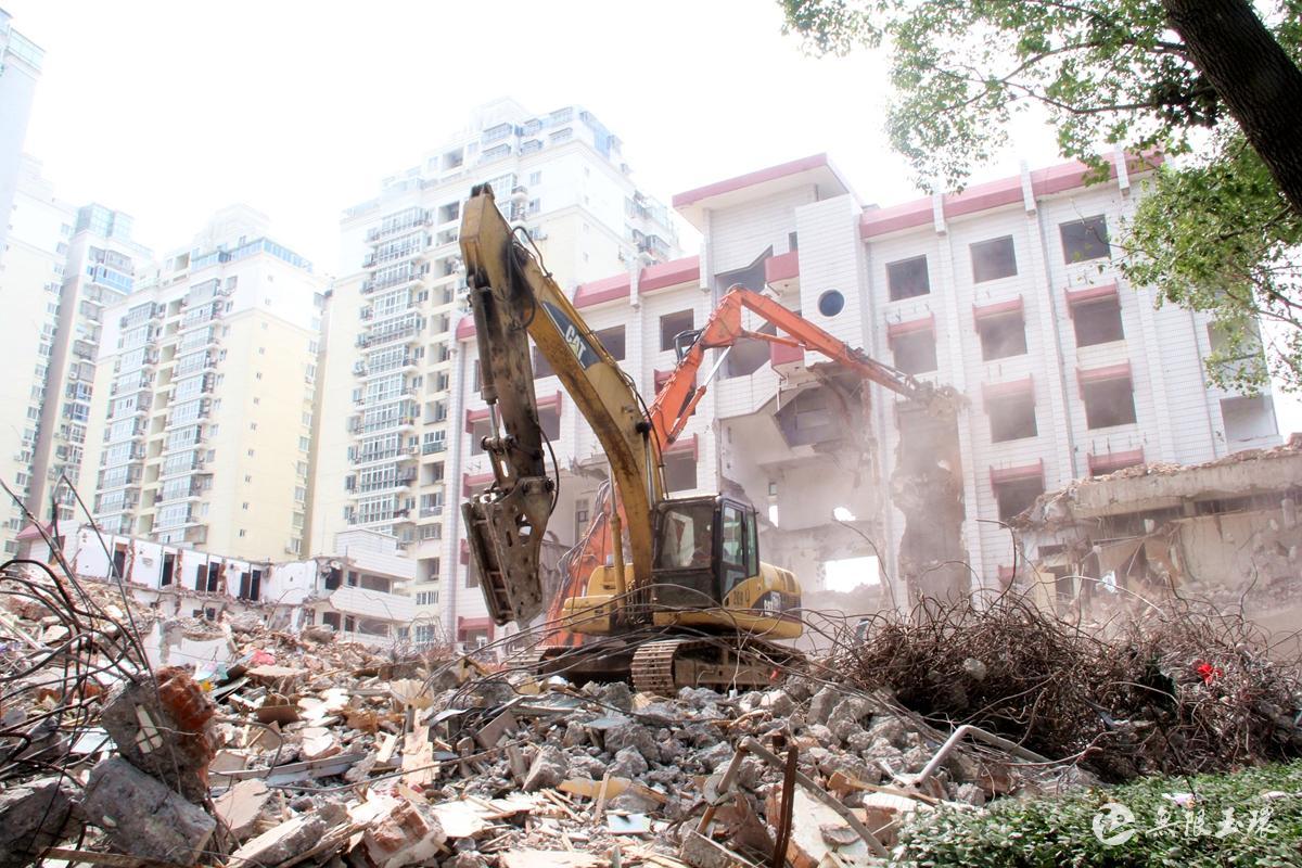 35℃↑丨明升城区7号地块破拆忙 预计月底可完成全部拆迁及场地平整