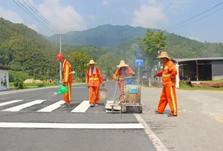 """道路养护工人为斑马线""""上妆"""""""