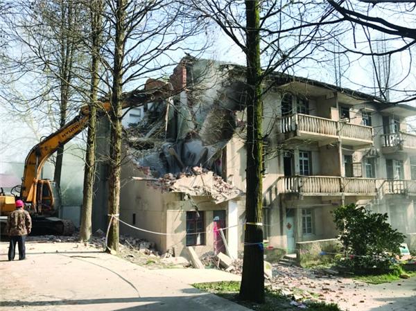 工作人员对原溪口林场宿舍楼腾空后进行拆除