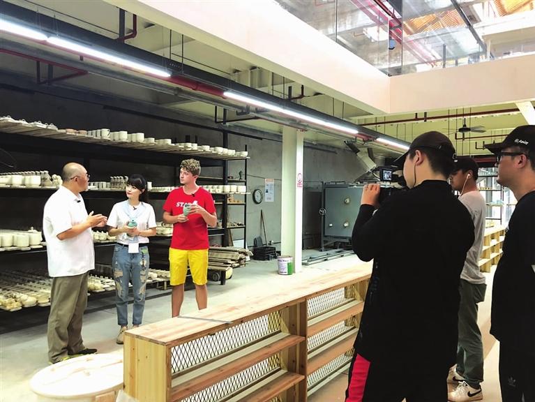浙江电视台经济生活频道《诗画浙江48小时》摄制组走进上��中国青瓷小镇拍摄独特的瓷文化