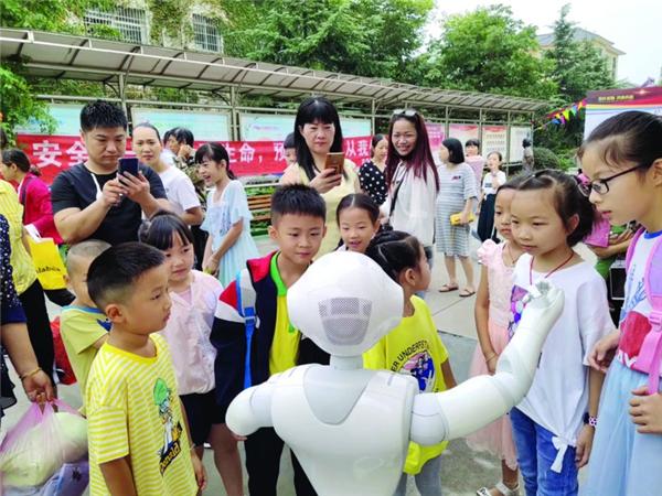 詹家中心校教共体5所校区体验智能机器人