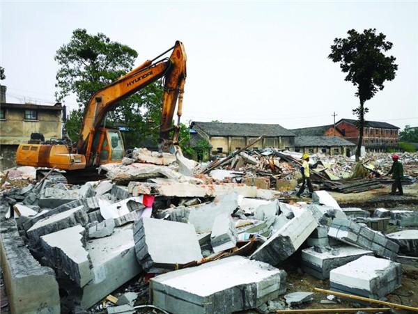 兴龙南路沿线段腾空拆除后房屋清场