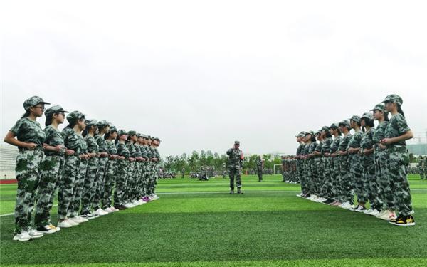 县职业技术学校开展新生军训活动