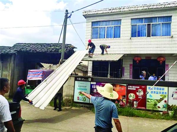 工作人员拆除有碍观瞻钢棚