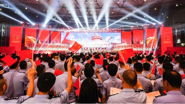 浙江杭州:七万人唱响钱塘 共庆新中国成立70周年
