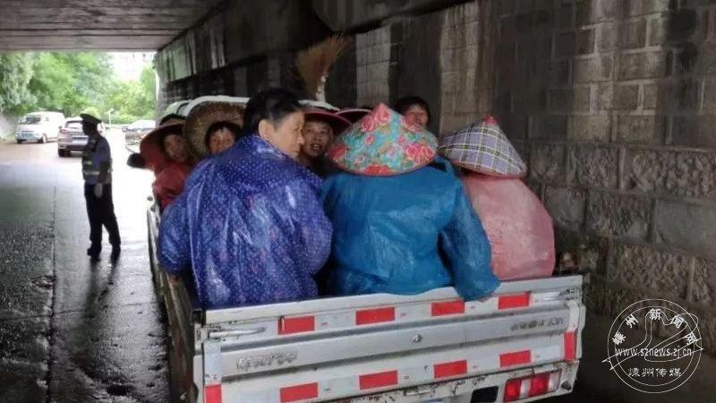 轻型普通货车核载5人竟挤了18人 违法载人被查处