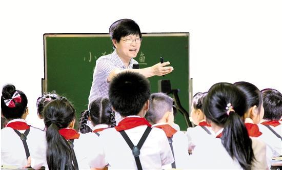 """跟童話打交道41年 何夏:給鄉村孩子一個""""童話王國"""""""