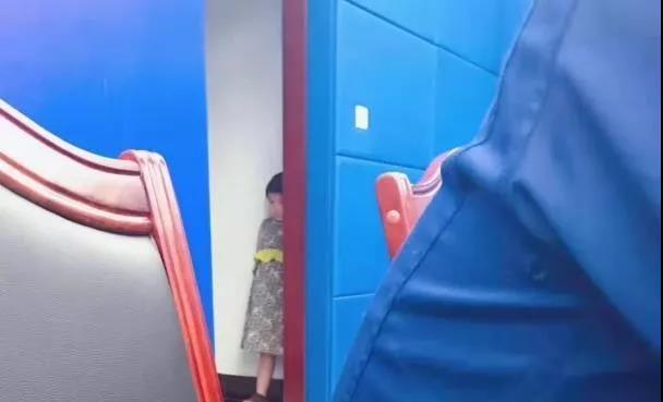 """杭州这张""""父女合照""""火了!她等爸爸的样子让人心酸"""