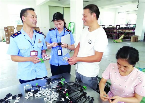县市监局党员志愿者上门为企业提供服务