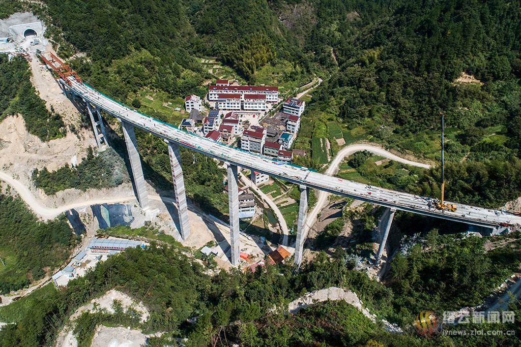 桥隧相连方溪路
