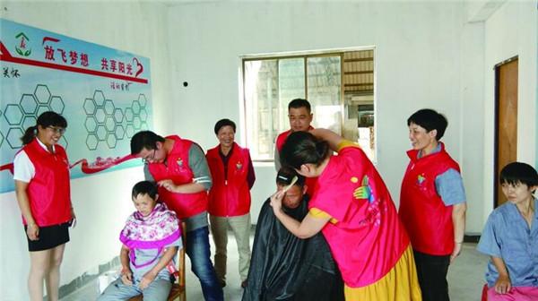 爱心志愿者在进村(社・企)献爱心