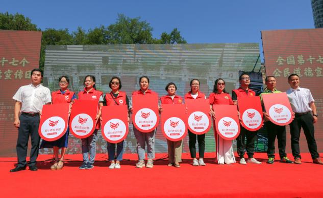 公民道德宣传日 鹿城志愿者齐聚道德广场点燃浓浓爱国情!