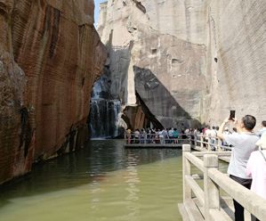 双合石壁新景亮相 吸引众多游客前来捧场